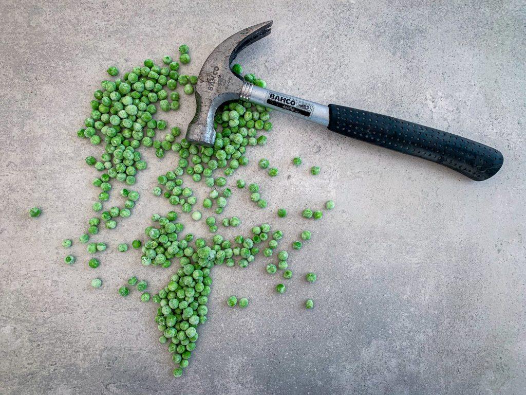 Gröna ärtor och en hammare