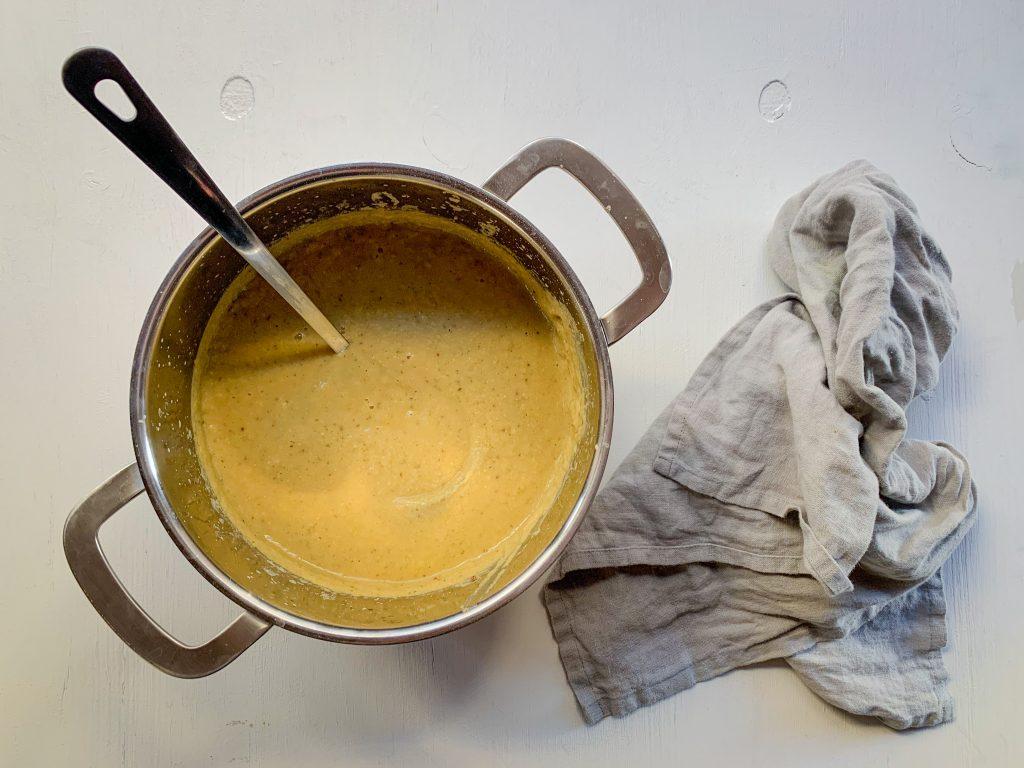 En gul soppa i en kastrull