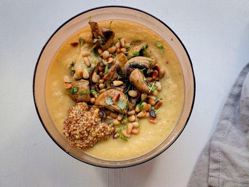 kikärtssoppa i en skål med topping